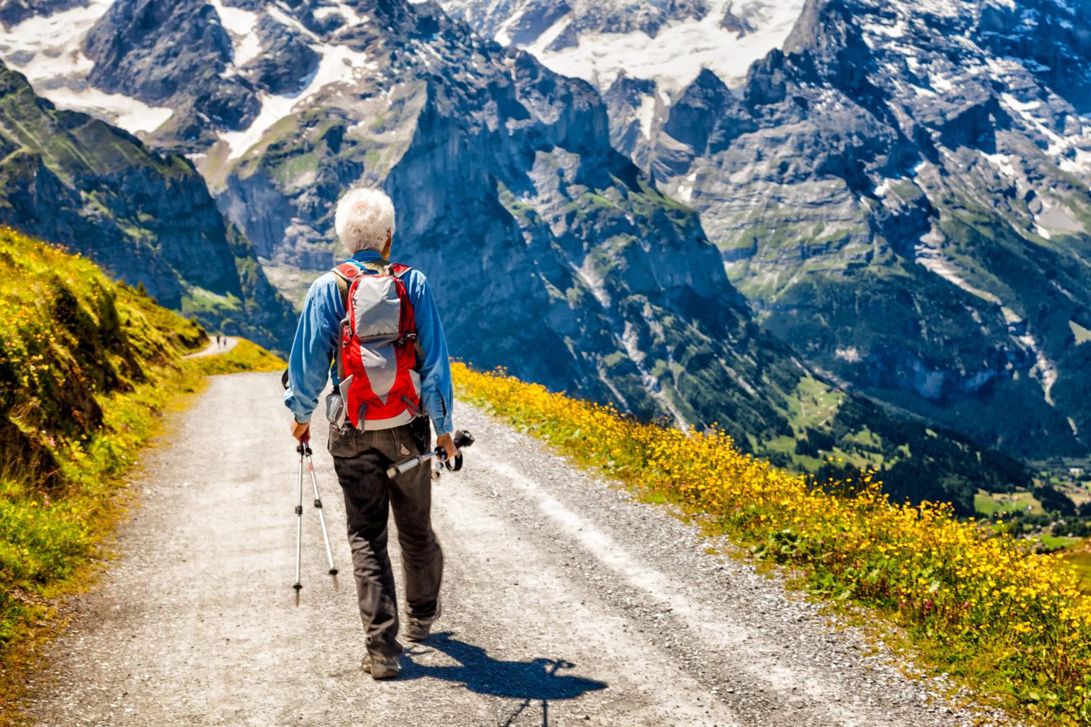 Alter Mann beim wandern in den schweizer Bergen
