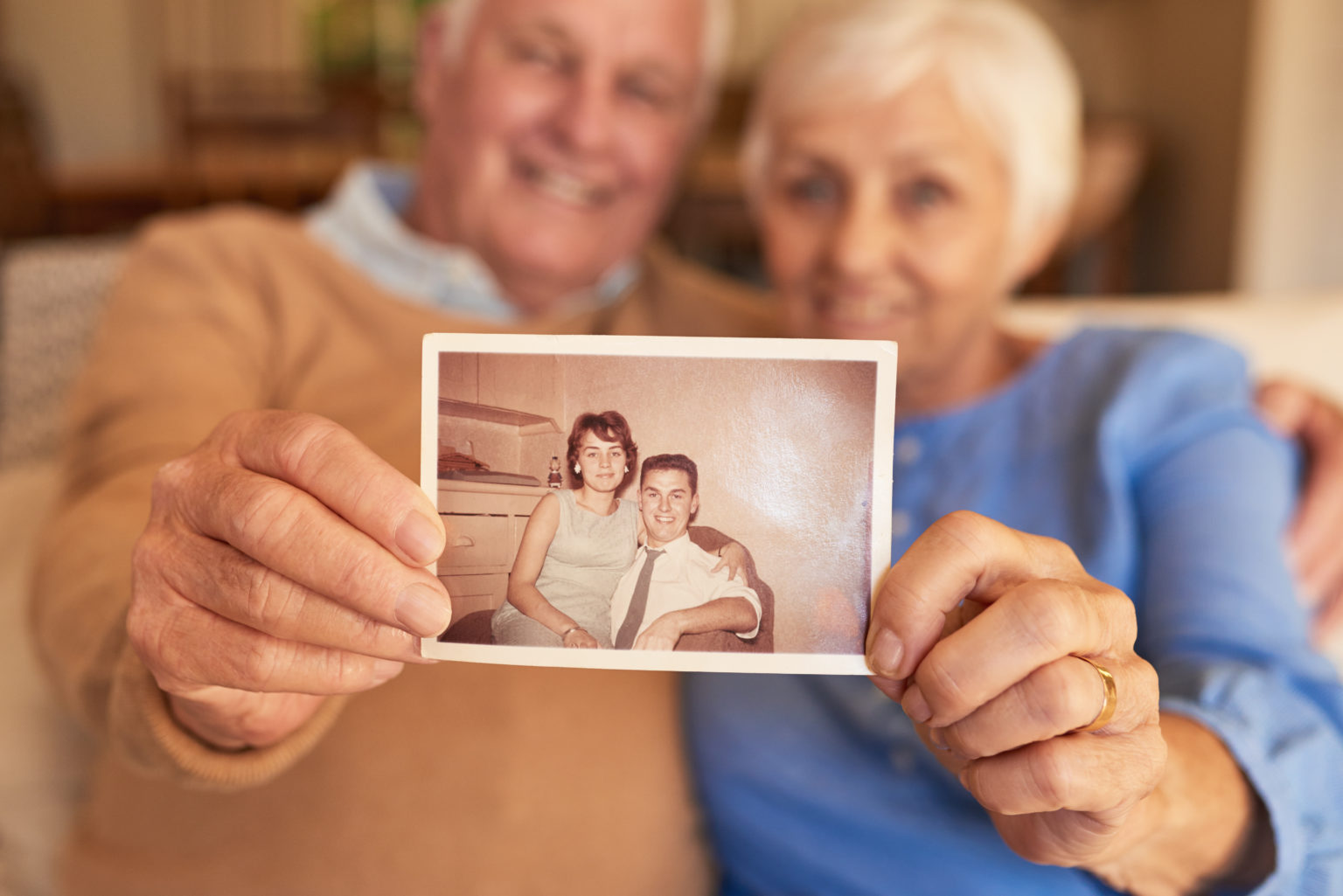 Altes Paar zeigt ein Foto