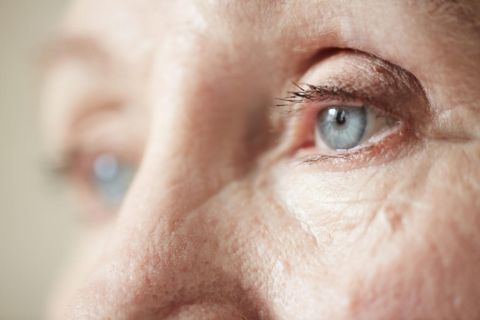 Blaue Augen einer alte Person