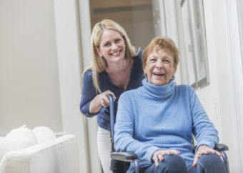 Pflegerin kümmert sich liebevoll um Pflegefall in der Pflege und Betreuung Zuhause