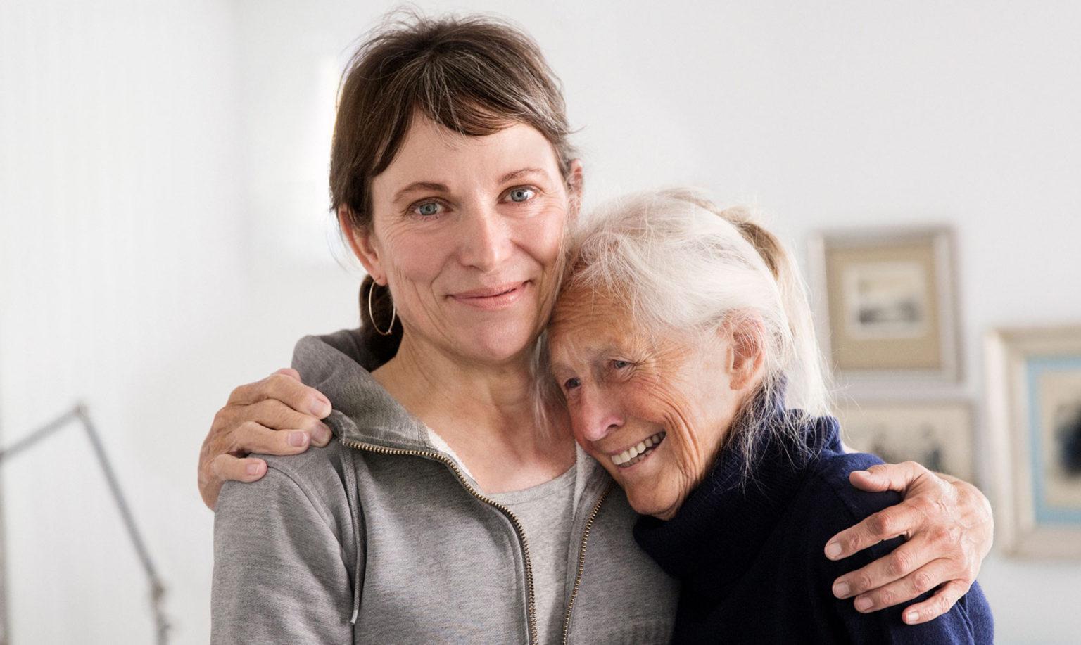 Betreuerin umarmt eine 24 Stunden Pflege Kundin