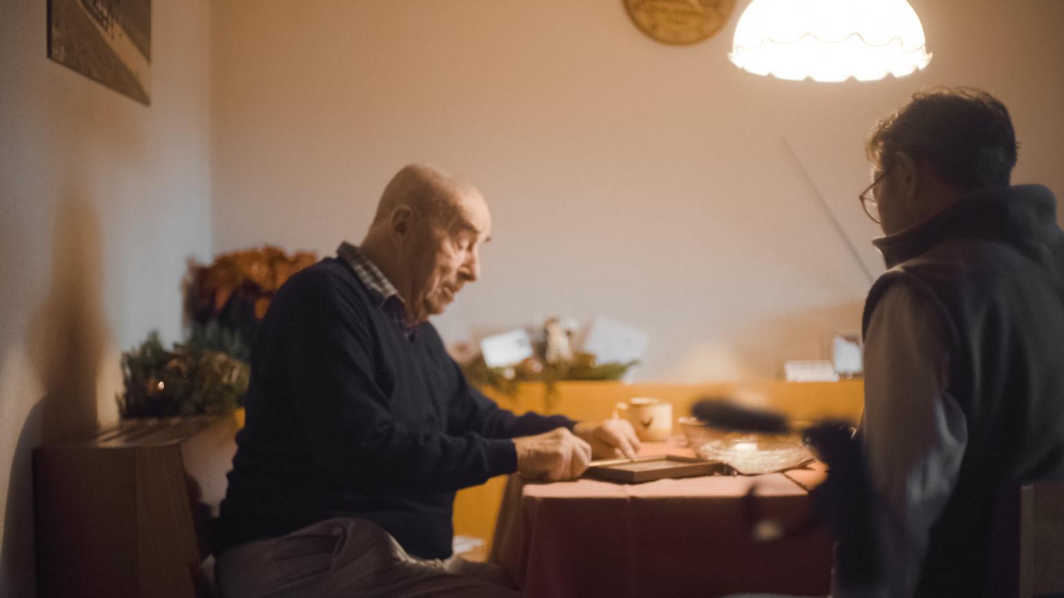Senior fühlt sich in der Pflege Zuhause durch die Qualitätssicherung gut aufgehoben