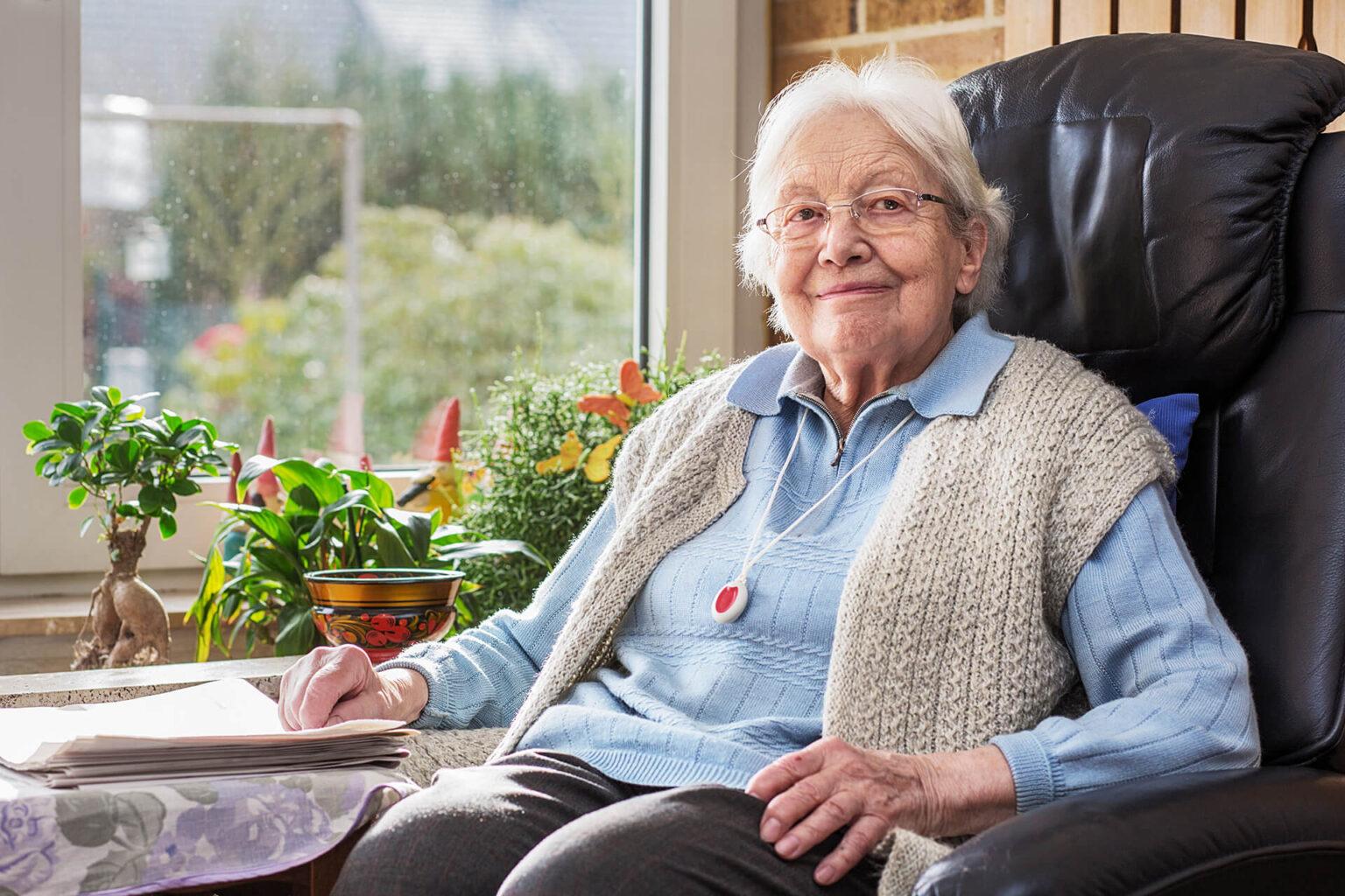 Frau freut sich über die 24 Stunden Betreuung & Pflege bei Parkinson