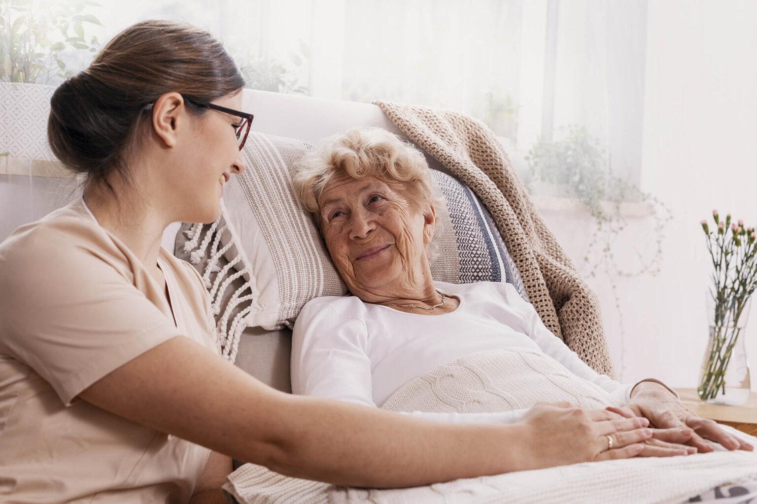 Zwei Frauen in der Seniorenbetreuung beim betreuten Wohnen