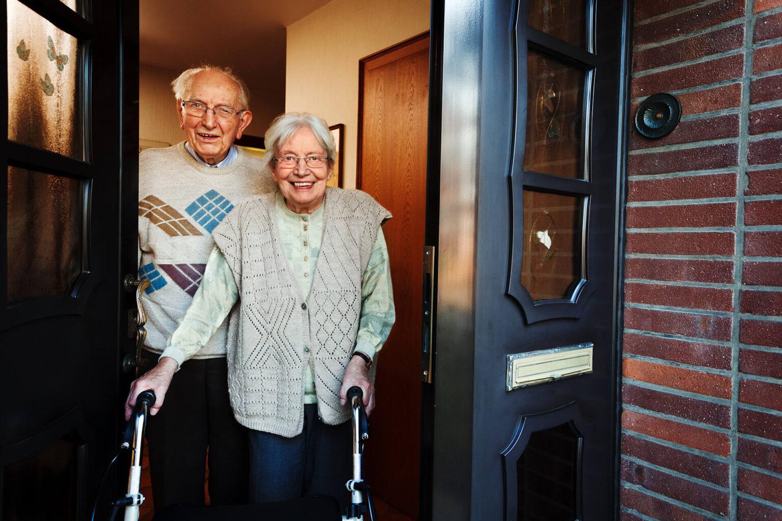 Frau öffnet Tür zur 24 Stunden Pflege und Betreuung bei Demenz