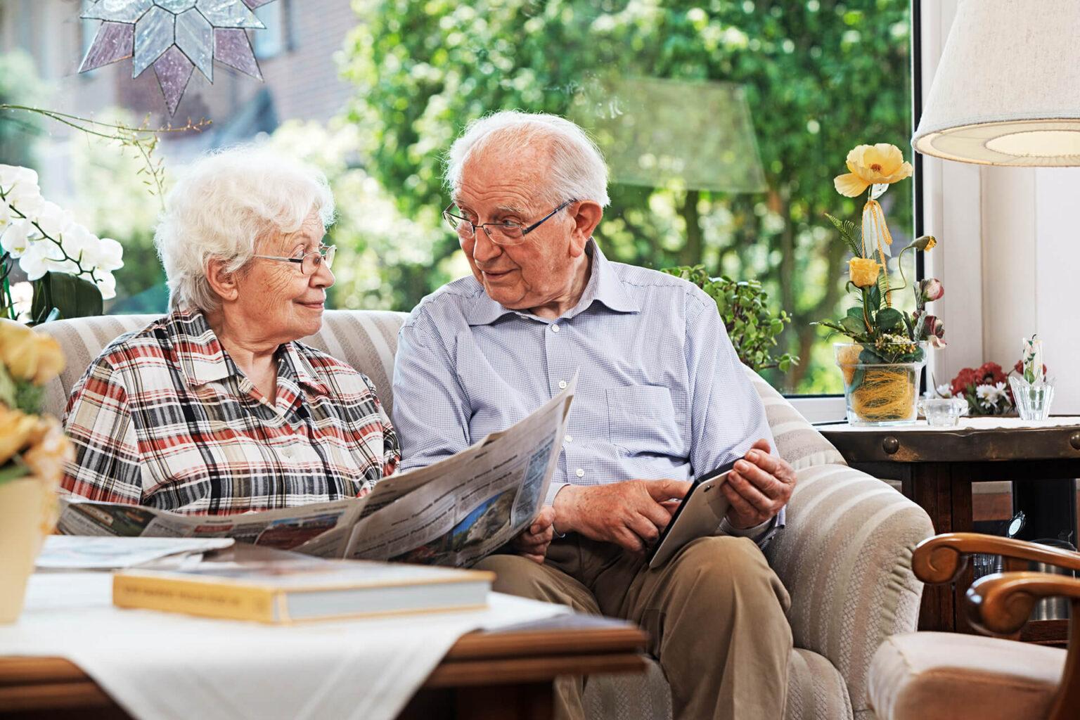 Altes Paar beim Kostenvergleich Altersheim Pflegeheim Pflege Zuhause