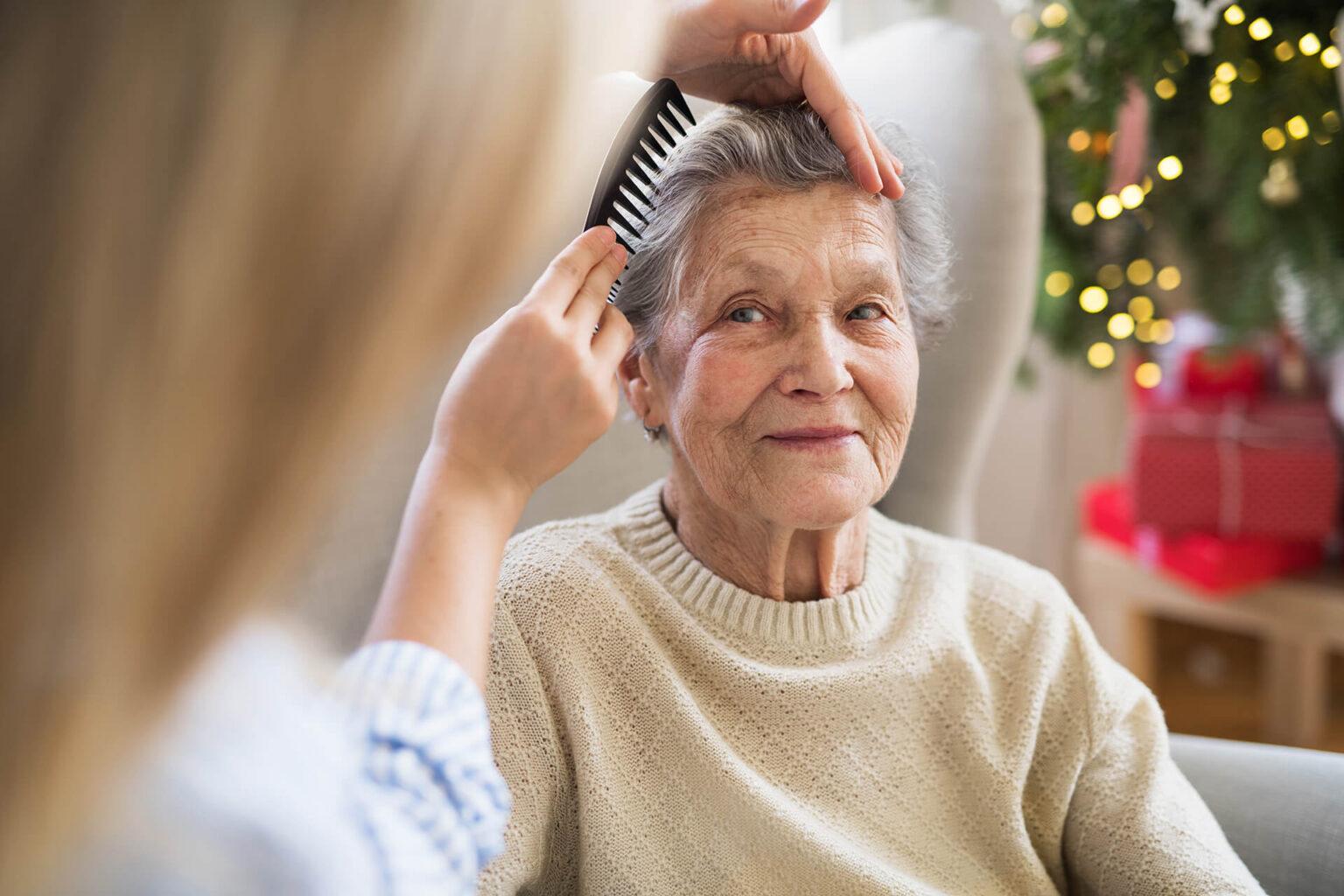 Frau bei der 24 Stunden Betreuung & Pflege hilft Anbieter zu suchen