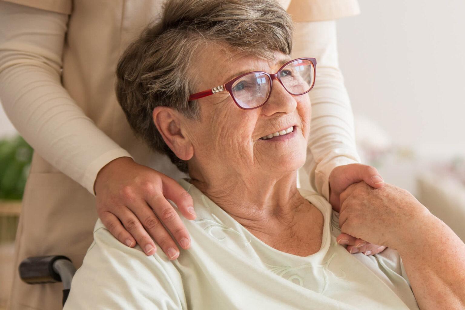 Frau wird im Altersheim gepflegt zu hohen Kosten